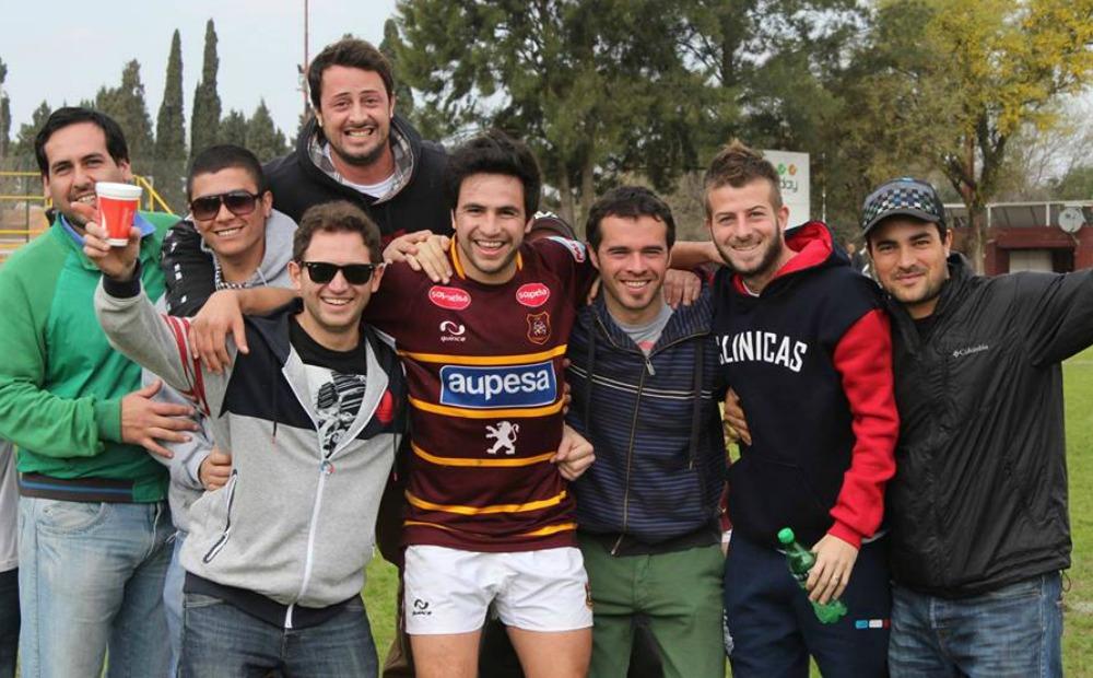 Martín Maineri, junto a sus amigos, tras un partido con el Bajo. (Foto: Facebook)